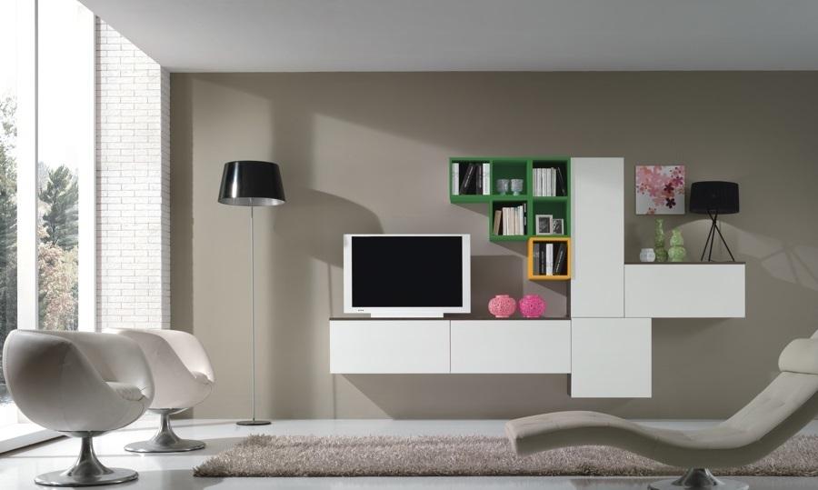 Σύνθεση σαλονιού μίνιμαλ με κρεμαστά ντουλάπια και χρωματιστά ράφια Stream 25...